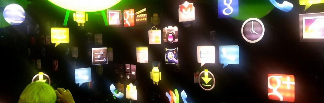 Nach Sekunden brennen die Augen: Ein Konferenzraum voll mit leuchtenden Google-Symbolen