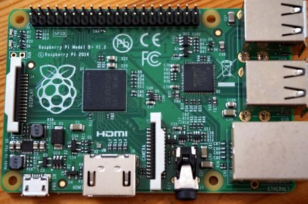 Vier USB-Ports, einen LAN-Aschluss, ein HDMI-Anschluss, ein Audio-Ausgang und 40 Hardware-Pins -- der Raspberry Pi B+.
