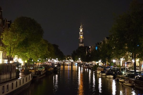 Sogar nachts ist Amsterdam schön.
