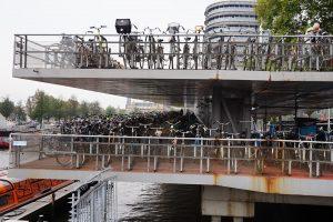 2500 Fahrräder passen allein in das Fahrradparkhaus am Hauptbahnhof in Amsterdam.